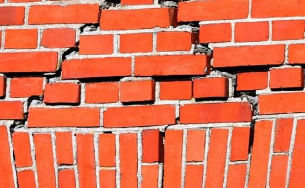 muur met scheuren