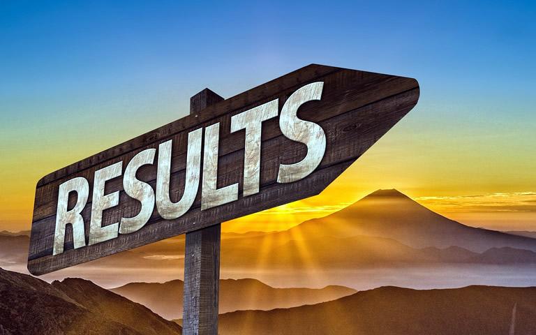 wijzer in berglandschap met tekst 'results'