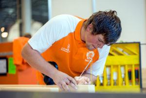 Daan Weijgertze winnaar van gouden medaille bouwtimmeren, aan het werk op Euroskills 2018 in Boedapest