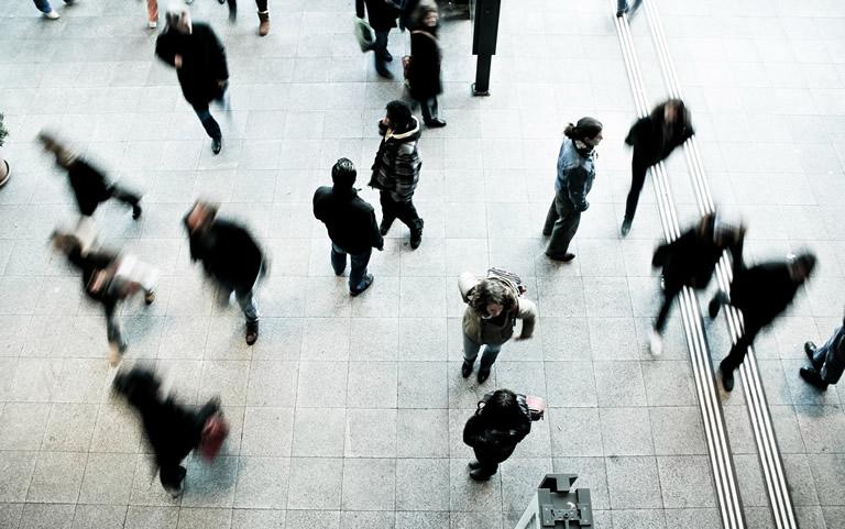 Mensen op straat van bovenaf gezien