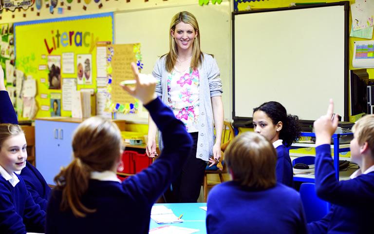 Onderwijzeres voor de klas. Bij artikel over commissie Onderwijsbevoegdheden